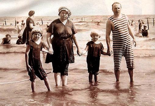 c4ea8edcde58 Rodinka pri mori na začiatku 20. storočia